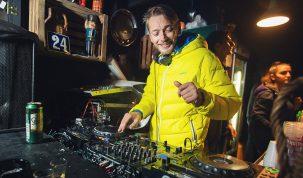 DJ William Collins pusta muziku u Tomicevoj ulici