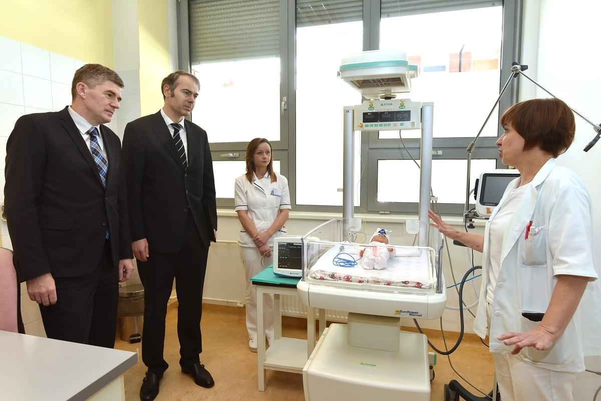Dr. Robert Grudić, ravnatelj ŽB Čakovec i Dinko Lucić, predsjednik Uprave PBZ-a u obilasku doniranih uređaja