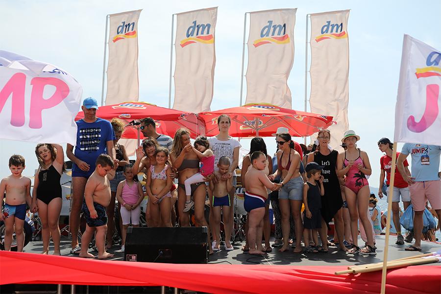 Na dm millennium jumpu 3.000 ljudi skakalo za male polaznike Škole plivanja